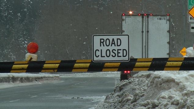 Une affiche anglaise indique que la route est fermée