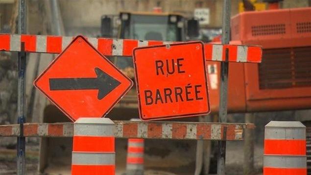Une rue barrée durant des travaux de la route.