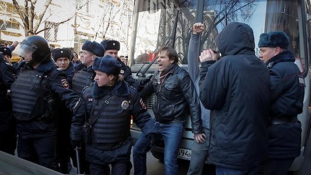 Bruxelles appelle à libérer les manifestants