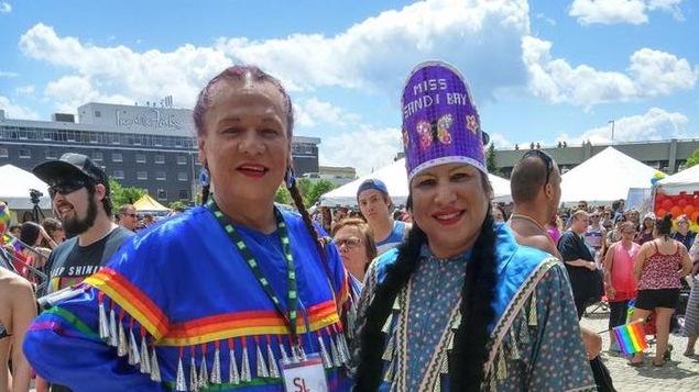 Un des organisateurs du pow-wow bispirituel, Ryan Richard (droite), affirme que leur campagne de sociofinancement s'est soldée à près de 10 000 $.