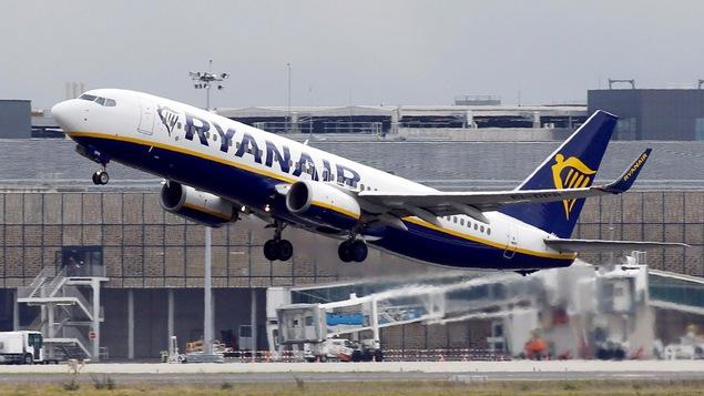 Un avion du transporteur aérien à bas prix Ryanair décolle.