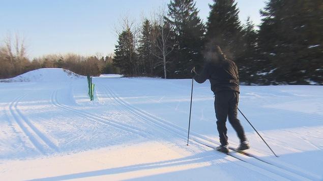 Un skieur au parc de la Rivière-du-Moulin
