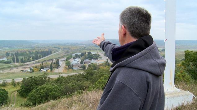 Du haut d'une colline Mario Tanguay nous montre le village de Saint-Lazare au Manitoba