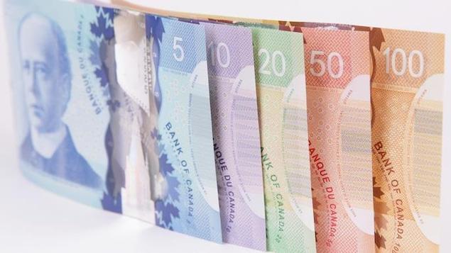 Des billets de 5, 10, 20, 50 et 100 dollars canadiens.