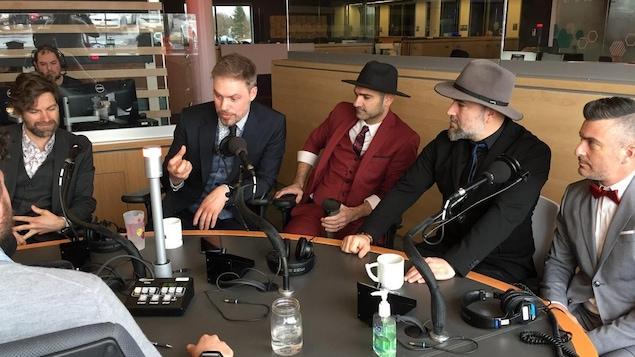 Les artistes en entrevue dans le studio radiophonique de Radio-Canada Acadie.
