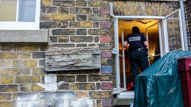La sergente Julie Marcotte discute avec trois locataires d'un appartement du Vieux-Québec où les policiers sont intervenus en raison d'une plainte