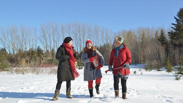 Les trois auteures dans un décor hivernal