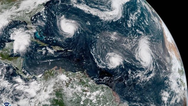 Une image prise de l'espace montrant des tourbillons blancs au-dessus d'un océan de la planète Terre.