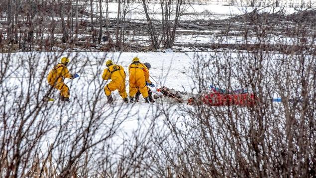 Des pompiers tirent un cheval hors de l'eau près de Grande Prairie en Alberta.