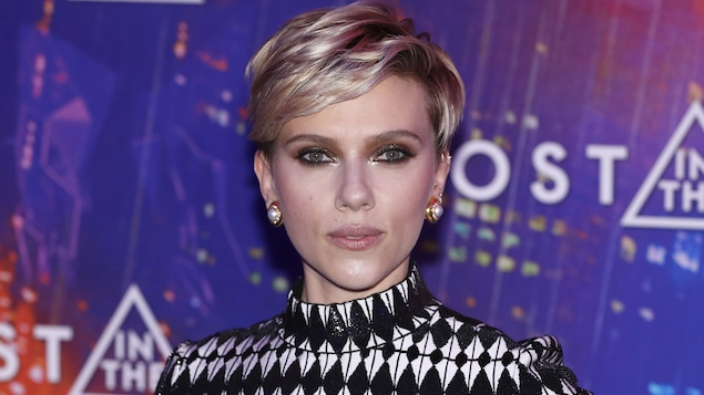 Scarlett Johansson prend la pose lors de la première de « Ghost in the Shell », à Paris.