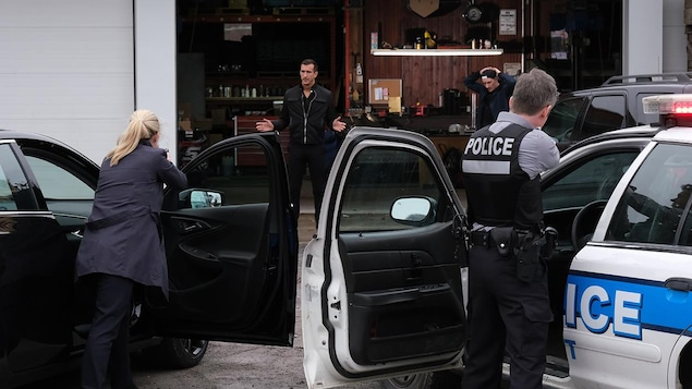 Deux personnes se font arrêtées par la police.