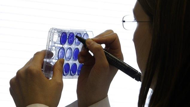 Une chercheuse dans un laboratoire.