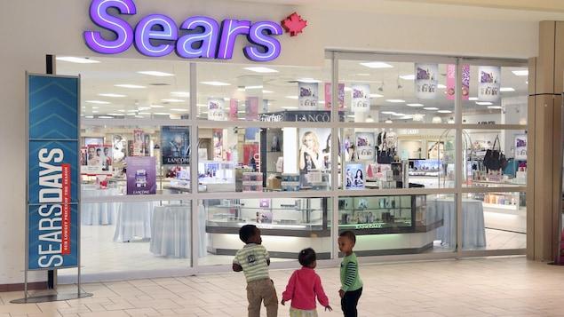 Des enfants s'amusent à l'entrée du magasin Sears au centre commercial Marlborough à Calgary