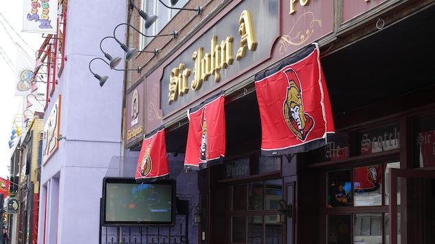 Les commerces situés sur le «Mile des Sens» affichent leurs couleurs.