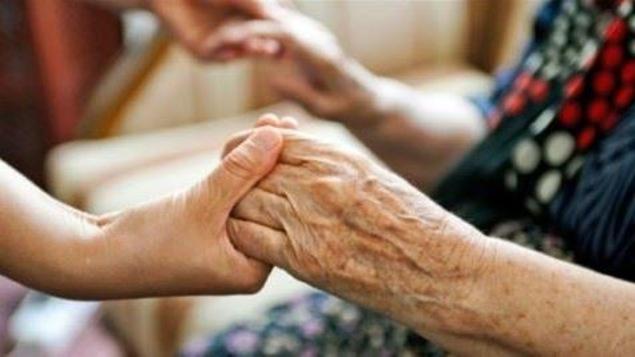 Des mains tiennent des mains de personnes âgées