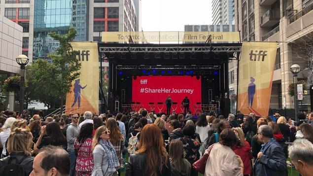 Des centaines de personnes se sont rassemblées au centre-ville de Toronto à l'occasion de l'événement Share Her Journey.