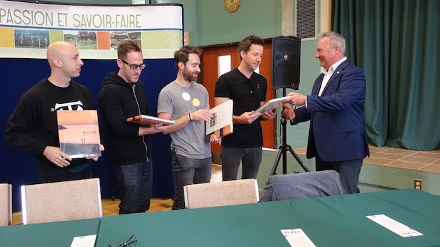 Le maire Jérôme Landry  a remis un exemplaire du livre-souvenir de Matane aux membres du groupe.