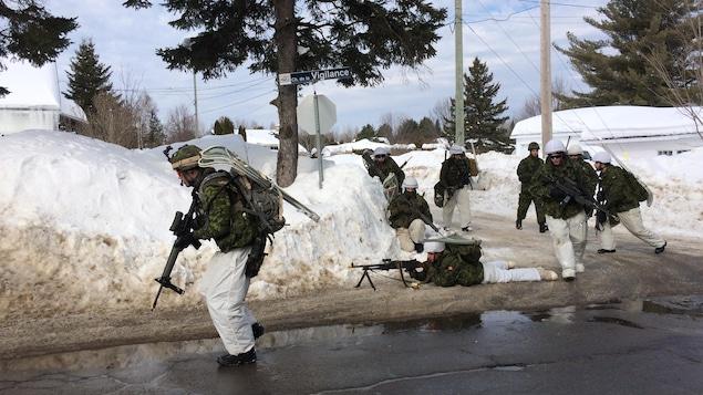 Des réservistes des Forces armées canadiennes lors de la simulation à Shawinigan.