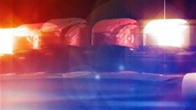 Des sirènes d'une voiture de police.