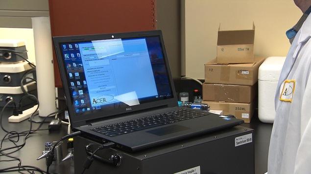L'échantillon de sirop d'érable est placé dans la boîte noire sous l'ordinateur (le «SpectrAcer») pour être analysé par des chercheurs.