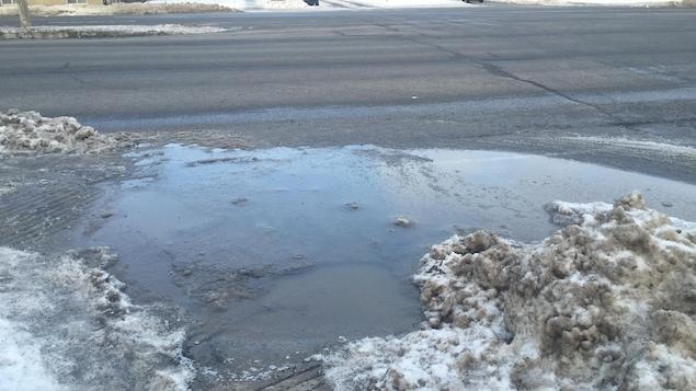 Le gel et le dégel causent trop souvent d'énormes flaques d'eau et de gadoue aux intersections.