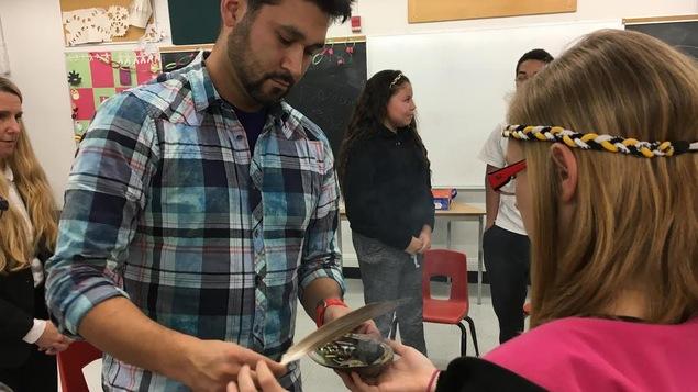 Photo d'une élève de l'école Aberdeen qui participe à une séance de mentorat autochtone.