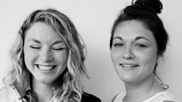 Les soeurs Boulay. photographiées en noir et blanc, portrait de face, plan rapproché, souriantes et complices