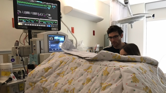 Les parents du petit Eliott né il y a deux semaines dans une des chambres des soins intensifs.