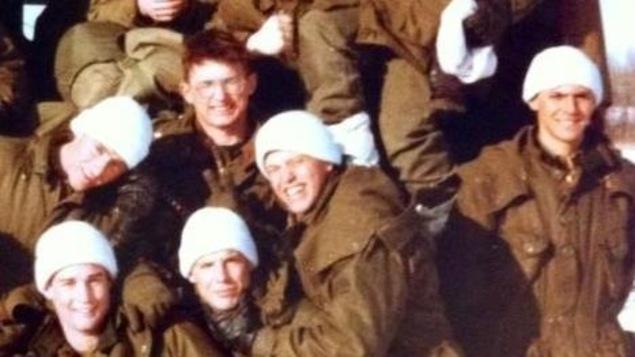 De jeunes recrues, quelques heures avant qu'elles ne prennent part à un entraînement de prisonniers de guerre en février 1984 à la base militaire de Wainwright.
