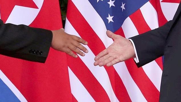 La poignée de main historique entre le président américain Donald Trump et le dirigeant nord-coréen Kim Jong-un, le 12 juin 2018.