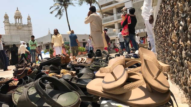 Un tas de souliers, devant la mosquée Haji Ali de Mumbai.
