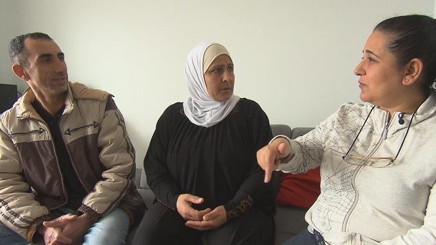 Ali et Iam en compagnie de leur amie et interprète, Eqbal. Eqbal est en train de traduire pour eux. Ali et iam l'écoutent avec attention.