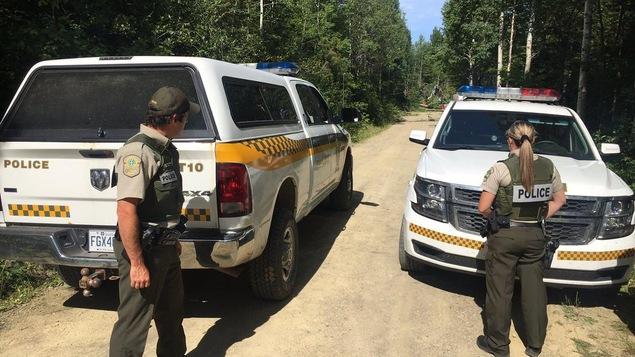 Les policiers bloquent le chemin d'accès au campement.