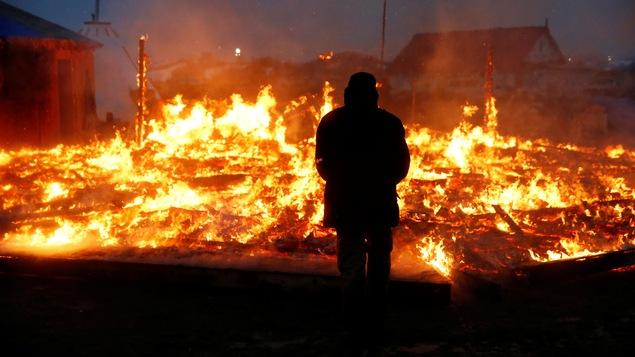 Des protestataires ont mis le feu à certaines structures en vue de leur départ.