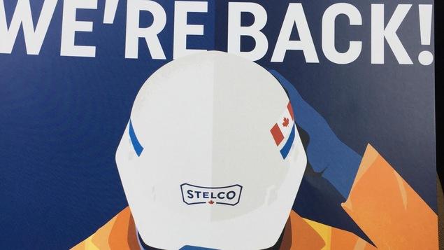 L'affiche de Stelco qui annonce le retour de l'entreprise au Canada dit « We're back ».