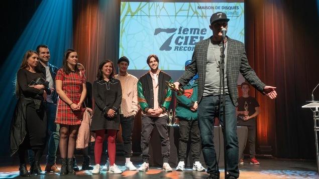 Steve Jolin accepte un prix sur scène lors du gala de l'industrie de l'ADISQ.