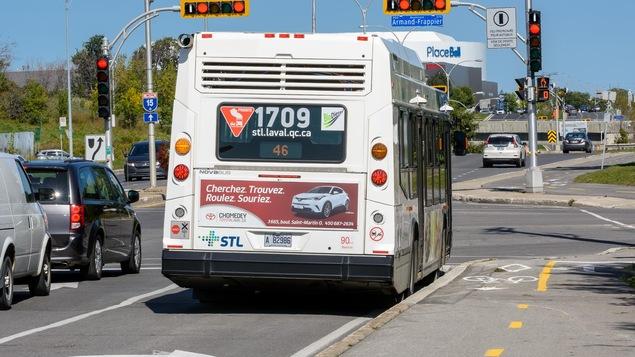 232 feux de signalisation à Laval sont munis d'équipements qui leur permettent de prioriser les autobus.