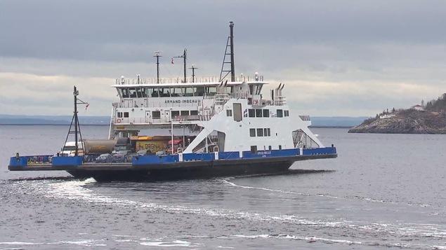 Le NM Armand-Imbeau II sur le Saguenay