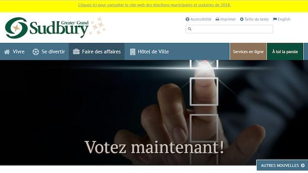 La photo d'une main qui clique sur la page d'accueil d'un site web