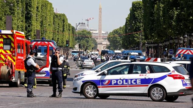 Un homme a percuté avec sa voiture un fourgon de la gendarmerie sur les Champs-Élysées, sans faire de blessés.