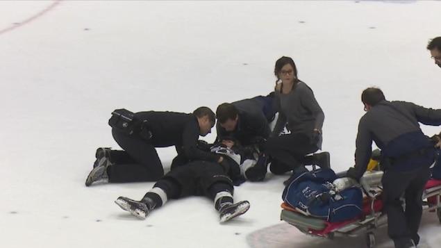 Le joueur Rémy Anglehart a dû quitter la glace sur une civière.