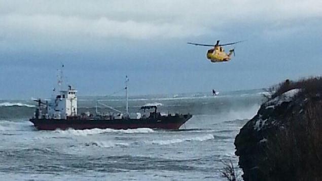 Un hélicoptère survole le pétrolier immobilisé