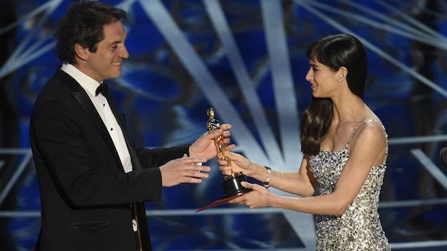 Sofia Boutella remet l'Oscar du meilleur montage sonore au Montréalais Sylvain Bellemare, pour le film Arrival, lors de la 89e cérémonie des Oscars, qui se tenait le 26 février 2017 à Los Angeles.
