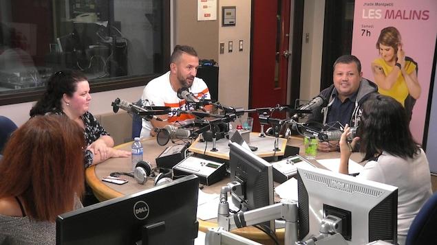 Les invités discutent dans le studio de radio d'ICI Ottawa-Gatineau.