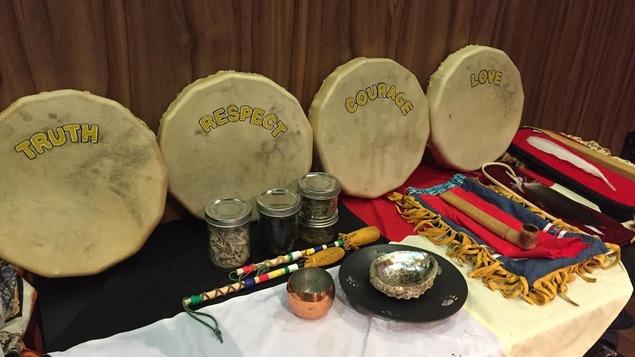 Accessoires traditionnels utilisés lors de cérémonie d'ouverture de la Commission Viens, à Val-d'Or