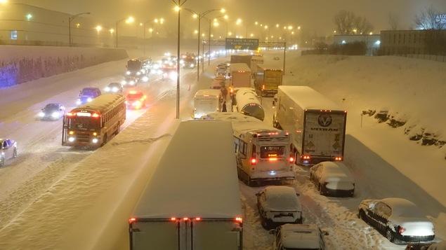 La circulation était difficle sur l'autoroute 13, mardi soir, à Montréal.