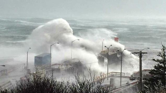 Des vagues gigantesques s'abattent sur un quai