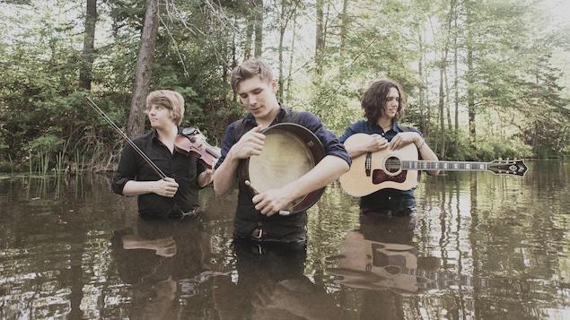 Le trio acadien Ten Strings and a Goat Skin