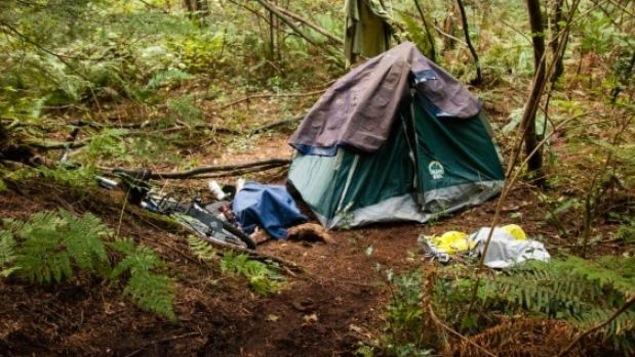 une tente d'un itinérant dans une forêt