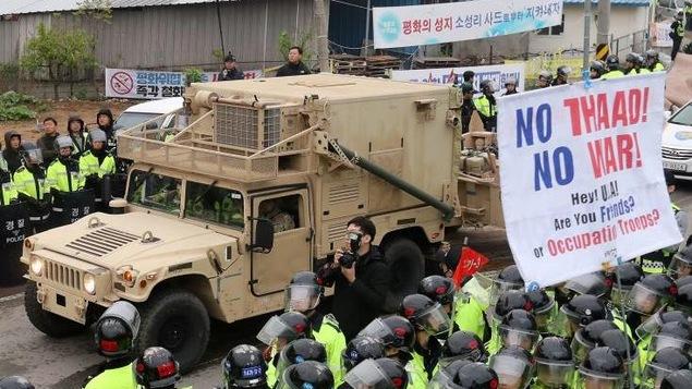 Des militaires américains sécurisent l'arrivée d'un camion transportant des pièces du Terminal High Altitude Area Defense (THAAD) à Seongju, en Corée du Sud.